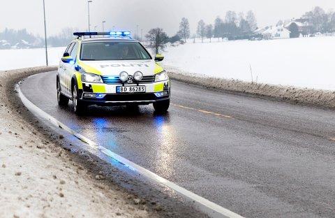 Politiet jaktet i natt en bil som nektet å stanse for kontroll. Biljakten endte i utforkjøring.