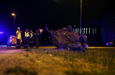 Én person er bekreftet omkommet i en singelulykke i Moss natt til søndag. Vitner sier til politiet at høy fart kan være årsaken. Ulykken skjedde på riksvei 19 på Innfartsveien i Moss.