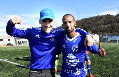 Webjørn Holten (til venstre) fortsetter som trener for Surnadal. Her sammen med Petros Simon Bokre.