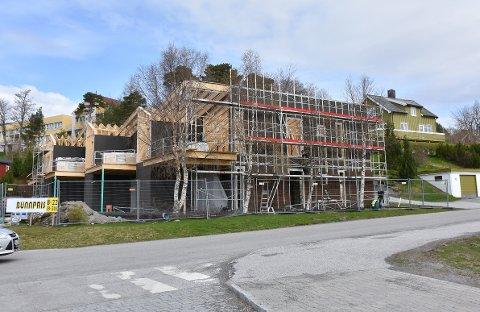 LEILIGHETER: Midt i Aure sentrum bygges det sju nye leiligheter.