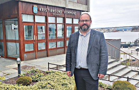 Kommunikasjonssjef Tore Lyngvær i Kristiansund kommune sier at et rekrutteringstiltak på kort sikt er å gi nyansatte et lønnstillegg for å kunne gjøre ansettelsesprosessen enklere.