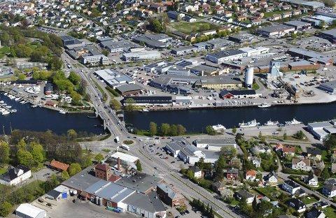 LØSNINGEN: Østalternativet med ny bru parallelt med eksisterende, vil bruke nåværende veisystem fram til Kjelle. Foto: Per Gilding