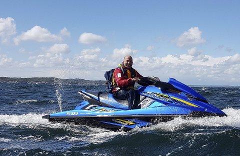 NÆRHET: Det fine med vannscooter er nærheten til vannet, skriver Jørn Finsrud (på vannscooteren)