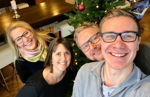 LØSER VERDENSPROBLEMER: Anne Charlotte Schjøll, Marie Olaussen, Tom Erik Rønningen og Truls Lian tar julens utfordringer på alvor i podkasten Familierådet.