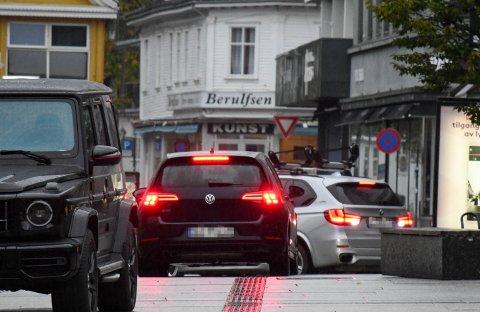 ULOVLIG: Her kjører bilene i Storgata ved Torvet.