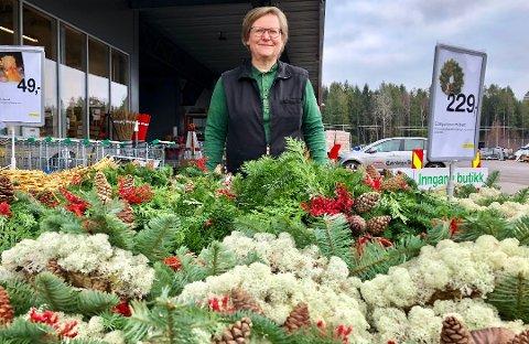 POPULÆR ARBEIDSPLASS: Det er mange som vil jobbe i Felleskjøpet på Barkåker. Butikksjef Hanna Elisabeth Andersen i Felleskjøpet fikk en stor søknadsbunke da hun utlyste ledige stillinger.