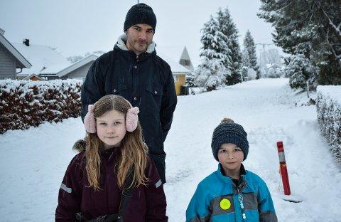 SA I FRA: Amanda og Olav Austad oppdaget en mystisk hull og fikk hjelp av pappa Håvard Austad med å varsle om det. Hullet er nå merket med et rødt plastrør.