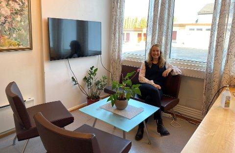 OPPGRADERING: Til og med kontoret til rektor Nina Myklebost (bildet) ved Sem skole har nå fått seg en møbelmessig oppgradering, takket være Statsforvalteren i Vestfold og Telemark.