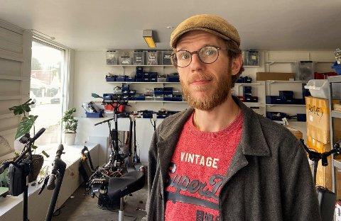 FÆRRE ULYKKER: Håvard Hamran, eier og daglig leder av Kjempetøff, tror antall ulykker med elsparkesykler vil minke i løpet av de neste årene.
