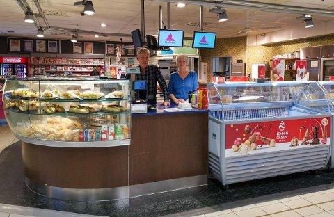 SELGER: Frode og Harriet Benonisen selger kiosken de har drevet siden 1991. De håper noen er villige til å videreføre drifta.