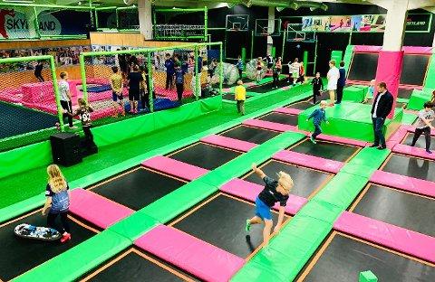 HOPP OG SPRETT: Slik ser det ut i Skyland sine etablerte parker.  I tillegg til trampoline har parkene flere ulike aktiviteter som utfordrer brukerne fysisk.