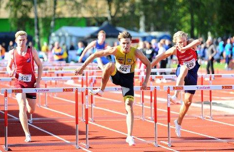 SUVEREN: Bastian Elnan Aurstad (midten) suste inn til UM-gull på 100 meter hekk lørdag på tiden 13,37. Jonathan Hertwig-Ødegaard fra Tyrving kom på andreplass med tiden 13,65. Seljords Håkon Yri Aaberg (t.v.) ble nummer tre.