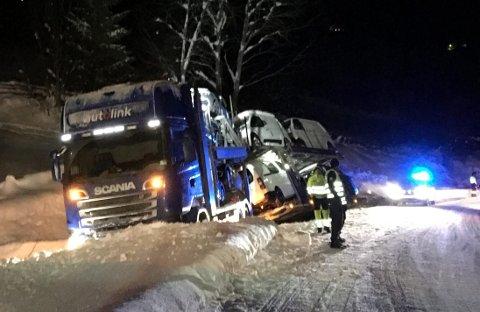 UTFOR: Vogntoget som kjørte mot vest med åtte nye bilar i lasta, hamna like etter kl. 19 sundag kveld utfor E16 på høgre side i svingen nord for Røvang i Lomen.