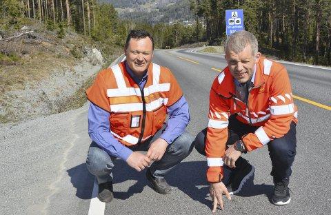 Godt nok: Cato Løkken og Asbjørn Stensrud i Statens vegvesen har utbetra fv. 51 Leira-Tisleidalen etter godt nok-prinsippet. Vegen er flott opp til høgdedraget, men på dei myrlendte strekningane innover i Tisleidalen er det parti med telehiv.
