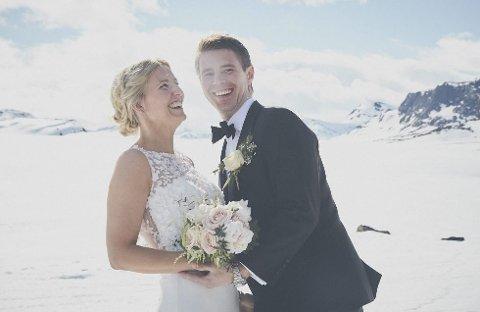 Nygifte: Etter vielsen i Hegge stavkirke ble det brudebilder, med snø i bakgrunnen, rundt Beitostølen for Martin Nilsen og Kristin Østlie Svendsen. Foto: Christine Stokkebryn