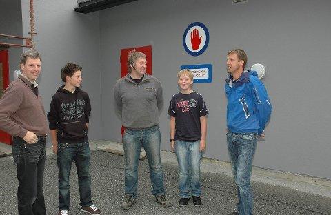 ÅPNET: I juni 2008 ble Reinli kraftverk offisielt åpent. Fra venstre: grunneier og styremedlem i Reinli kraft Knut Bøhn og Andreas Råheim, sammen med sønnene Johan Bøhn og Mikal Råheim, og hovedentreprenør Jan Dokken.