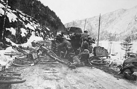 Framrykking: Tyske soldatar under framrykking i Valdres i april 1940.