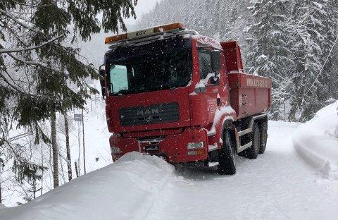 PÅVIPPEN:Lastebilen som sperret veien opp til Brannfjellet onsdag ettermiddag og kveld.