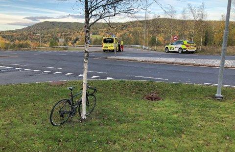 ULYKKESSTEDET:Den involvert sykkelen foran og i bakgrunnen krysset der kollisjonen mellom en bil og sykkel skjedde fredag ettermiddag.