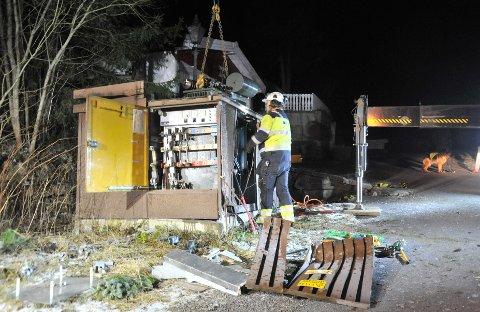 TOTALHAVARI:Her løftes den ødelagte transformatoren opp fra kiosken i krysset Carl Bergersens vei - Steinbråten.
