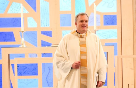 FRISTER TIL GJENTAKELSE: Einar Weider holdt søndagens videooverførte gudstjeneste i Rotnes kirke.