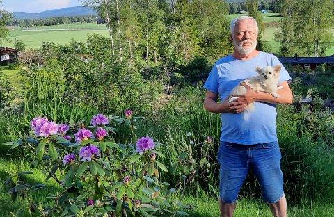TURKAMERATER: Under lørdagens tur fant Håkan Rydh og chihuahuaen Pippi en bilnøkkel i det høye gresset i grøfta.