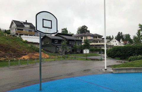OMSTRIDT BALLBANE: Trolig natt til lørdag har noen skrudd ned kurvene for basketball på ballbanen utenfor Sørli skole.