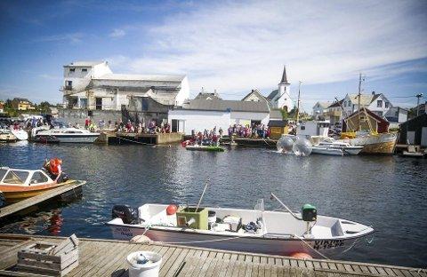 Fedje vil gjera seg attraktiv for båtfolk. Biletet er frå fiskefestivalen med eit yrande liv i hamna. FOTO: NORDHORDLAND