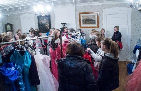 I flere år har kjolesalget ved Vestby Prestegård lokket til seg unge balldeltakere fra Vestby og omegn. Her et bilde fra et tidligere arrangement.