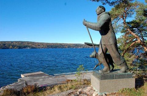 HVIS HAN KUNNE PRATE: Roald Amundsen troner på sokkel ovenfor Bålerud brygge på Svartskog. Ifølge beboere og politi er dette blitt et møtested for menn året rundt.