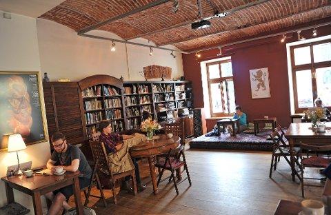 KULTURSCENE: Cheder er både kafé og kulturelt senter. På kvelden byr kafeen ofte på konserter.