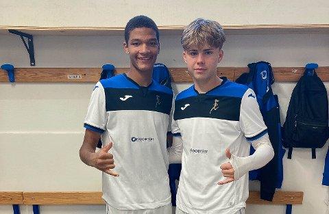 SCORET: En fornøyd Alwande Roaldsøy i Atalantadrakta søndag etter at han scoret og laget slo Inter 3-2. Her sammen med sin svenske medspiller David Perez.