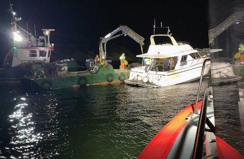 Her er både redningsselskapet og Drøbak Marineservice på plass for å bistå båten.