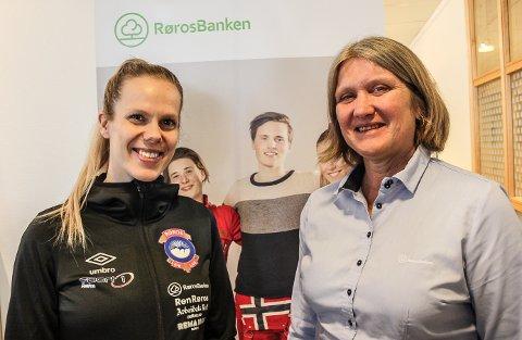 NY AVTALE: - Vi er svært glade for å ha med oss Rørosbanken videre på laget, sier daglig leder Anne Luksengård Mjelva i Røros IL (t.v). - Et viktig bidrag for å opprettholde aktiviteten i idrettslaget, sier marked- og salgsleder Ingrid Brynhildsvoll Svendsen i Rørosbanken.