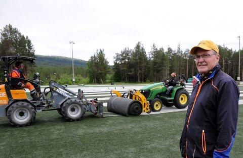 NYTRØMOEN: Eystein Lunåshaug regner med at omleggingenav kunstgrasbanen tar vel ei uke.