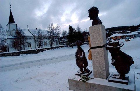 ALVDAL: Statuen av Kjell, Solan og Ludvig i Steigjela utenfor kirka i Alvdal. Arkivbilde