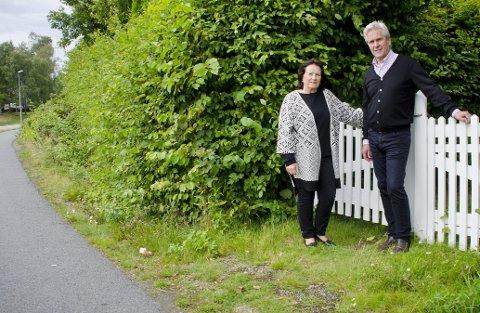 Frustrerte: Einar Einarsson og Hjørdis Eide representerer grunneierne langs Drøbakveien, de frykter at hagene deres og et historisk del av Ås skal bli rasert av veivesenets planforslag om ny sykkelvei. foto: Åsmund A. Løvdal