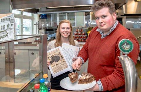 Kakesalget går unna. Hilde Hvidsten og servitør Magnus McLeod på Ås stasjonskafè.