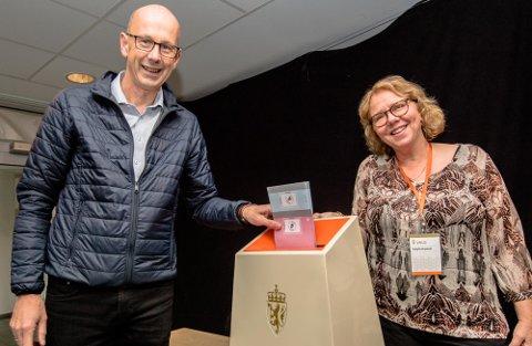 HAR AVGITT SIN STEMME: Ordfører Ola Nordal og (AP) og valgfunksjonær Tone Merete Johansen