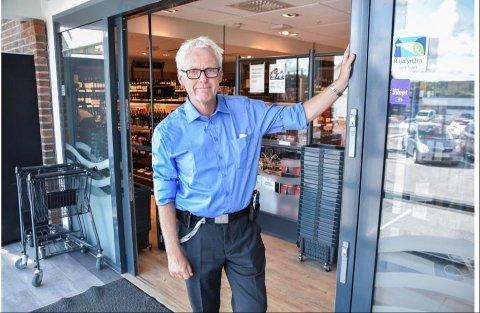 ÅPNET IKKE LØRDAG: Bård Wangen, butikksjef ved Vinmonopolet i Ås