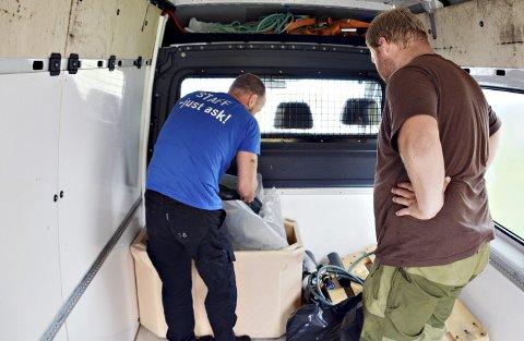 SPESIALTRANSPORT: Ole Fløystad ser Petter'n av gårde i vannseng med oksygen.