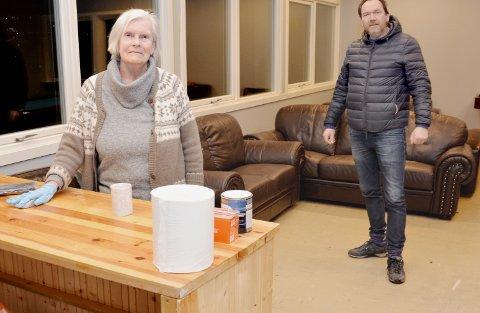 Innspurt: Kjellaug Snilsberg og Per Snilsberg med de siste klargjøringene  før åpning fredag.