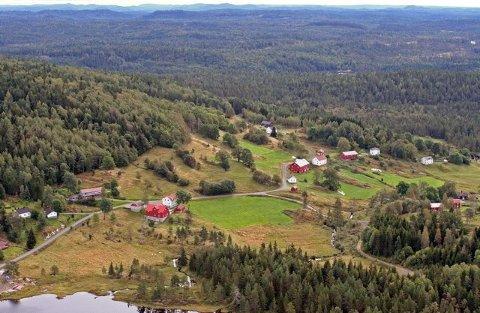 FLERE VIL BO SLIK: Mange norske småbarnsfamilier ønsker å bo landlig. Interessen for småbruk øker stadig. Illustrasjonsfoto fra Vestøl i Gjerstad, tatt fra helikopter.