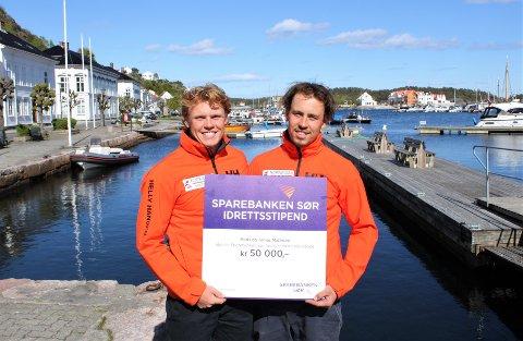 FIKK NYTT STIPEND: Seilerne Tomas (t.v.) og Mads Mathisen fra Risør fikk Sparebanken Sørs idrettsstipend på 50.000 kroner.