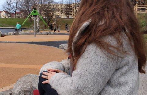 GLAD: Oslo-moren til en 11-åring som skadet seg kraftig på huska i bakgrunnen. Hun er glad for at Bymiljøetaten nå tar grep.