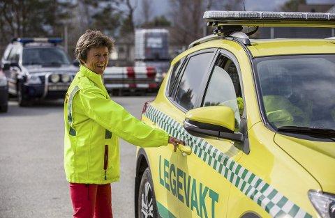 SAMARBEID: Legevakta samarbeider om utrykking, mannskap frå brannvesenet køyrer den nye legevaktbilen om det skulle vera behov. – Bilen er i bruk dagleg, seier legevaktsjef Grethe Fosse.