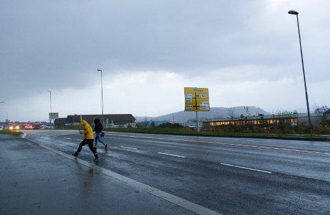 Torsdag kveld kan vindkast med orkan styrke gjere skade.