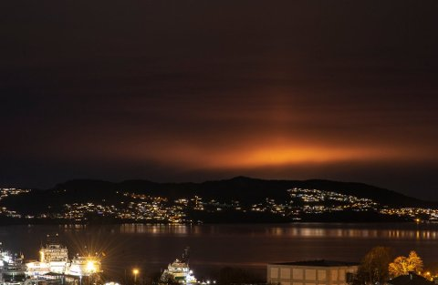 Årsaka til lysfenomenet var at det gjekk føre seg såkalla avfakling på Kollsnes i Øygarden