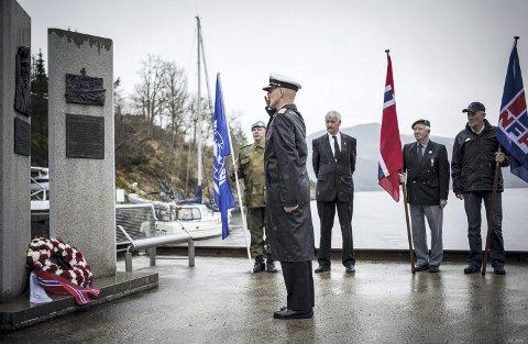 MINNESMERKE: Eknesvågens Venner reiste i 2007 eit minnesmerke i Eknesvågen over Ingvald O. Eidsheim og KNM «Hitra». Arkivfoto: Morten Sæle