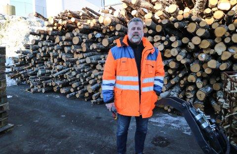 GÅR SÅ DET SUSAR: Dagleg leiar Morgan Taule melder om eit rekordstort vedsal hos Knarvik Industri og Miljø.